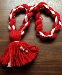 Hopeiset helmet ja vaaleanpunainen silkkinauha. Kaulanympärys n. 70 cm