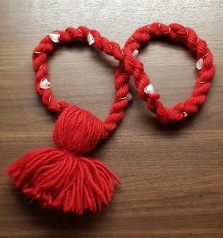 Nauhassa sydän-helmiä. Kaulanympärys n. 86 cm