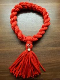 Sydän helmellä ja punainen silkkinauha. Ontelokudetta. Kaulanympärys n. 52cm